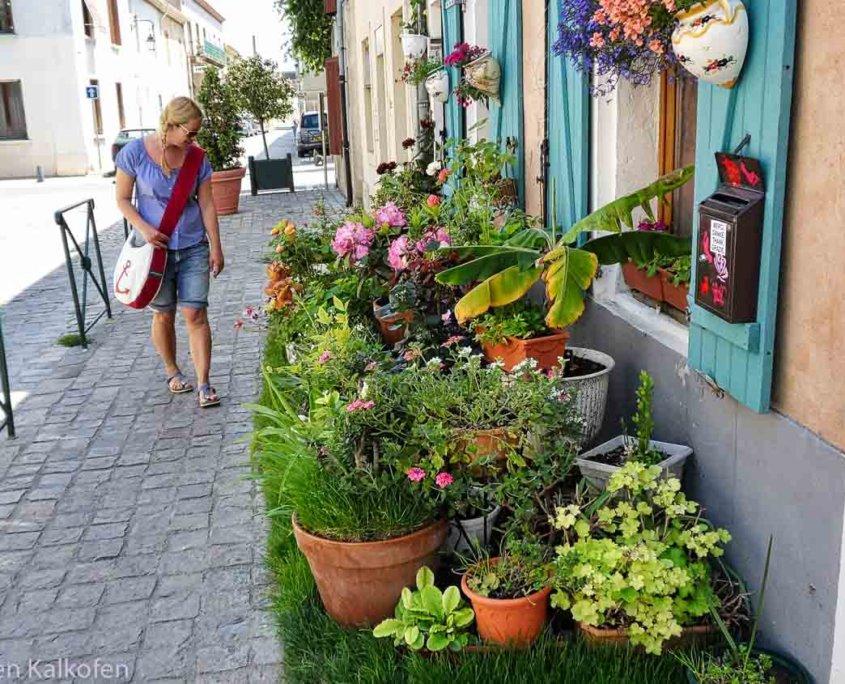 Blumen & Frau an einer provencalischen Hauswand