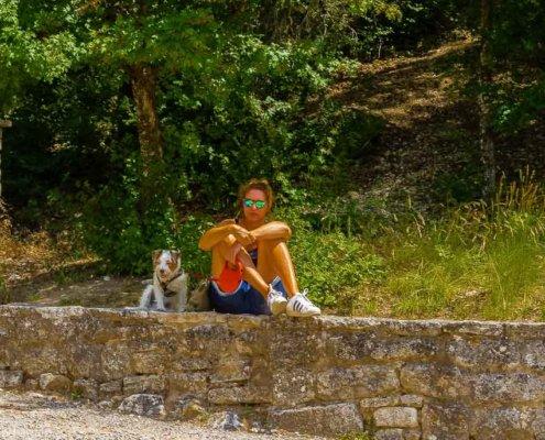 Frau und Hund auf der Mauer der Abtei Senanque