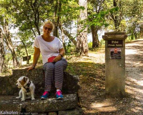 Frau und Hund am Eingang des Chateau la Canorgue