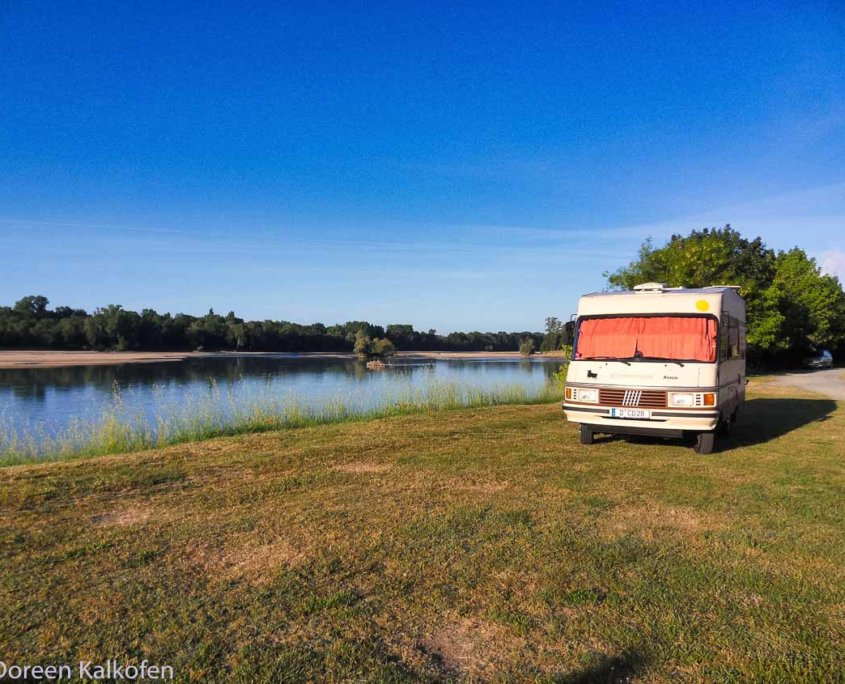 Wohnmobil am Flussufer