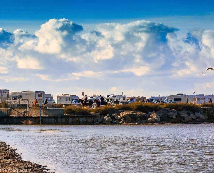 Erste Reise Wohnmobil-zeigt einen Stellplatz am Meer mit vielen Wohnmobilen