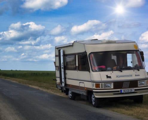 erste Reise Wohnmobil - ein Wohnmobil am Strassenrand