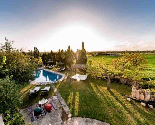 Garten einer Finca mit Pool