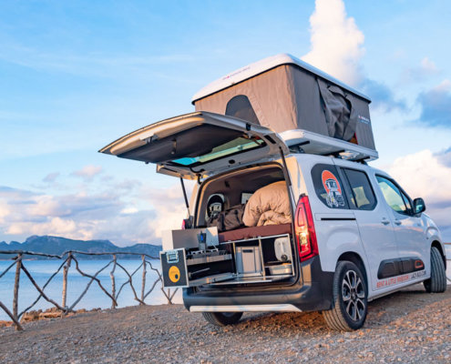 Camper an Klippe auf Mallorca
