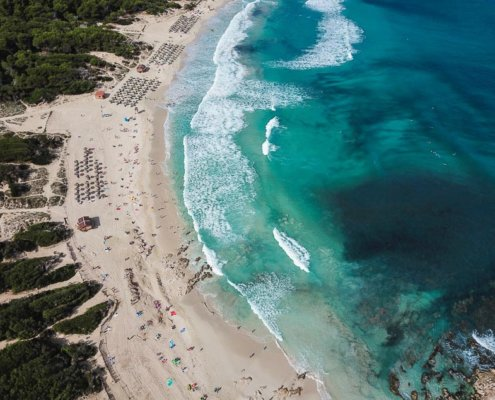 Strand von Oben, weißer Sand