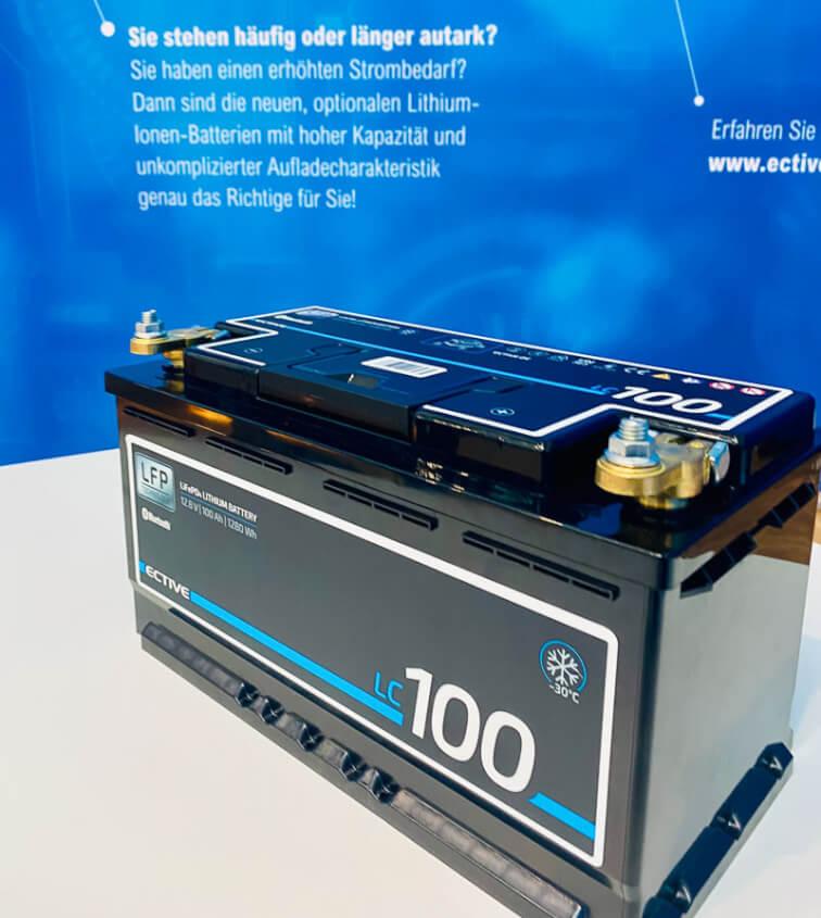 Lithium Batterie einbauen - 100 AH ECTIVE am Stand der Knaus Tabbert AG, CSD Düsseldorf 2021